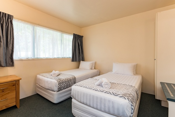 2 x Single beds in 2 bed room apartment