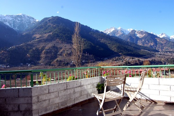 The Byke Neelkanth is located in the village of Prini which is know for its Apple Orchards.The hotel being strategically located provides an awe inspiring view of the rohtang valley and the snow clad himalayan peaks.Guests can enjoy the view of the snow clad himalayas from every room through the year.