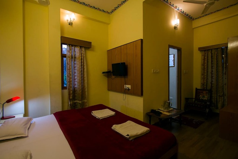 traditionally styled rooms with fort view and all the modern amenities with elevator and rooftop res
